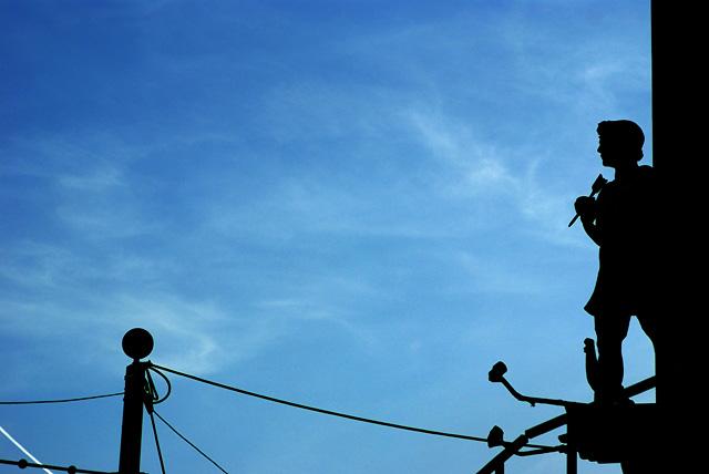 IMGP3900_statue-drahtseil-bluesky