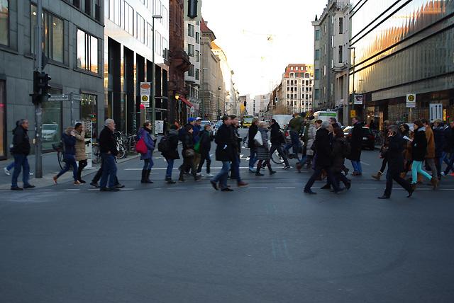 IMGP6825_fussgaenger-friedrichstrasse