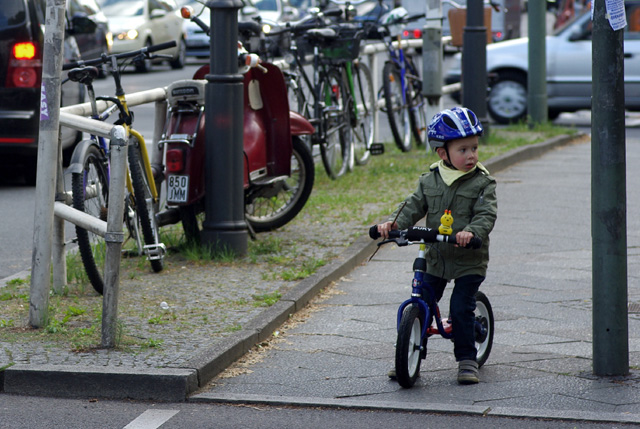 IMGP8201_junge-mit-fahrrad-an-ampel