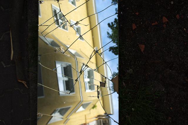 IMGP9847_haus-in-zerbrochenem-spiegel_B