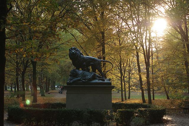 IMGP10210_loewen-statue_B