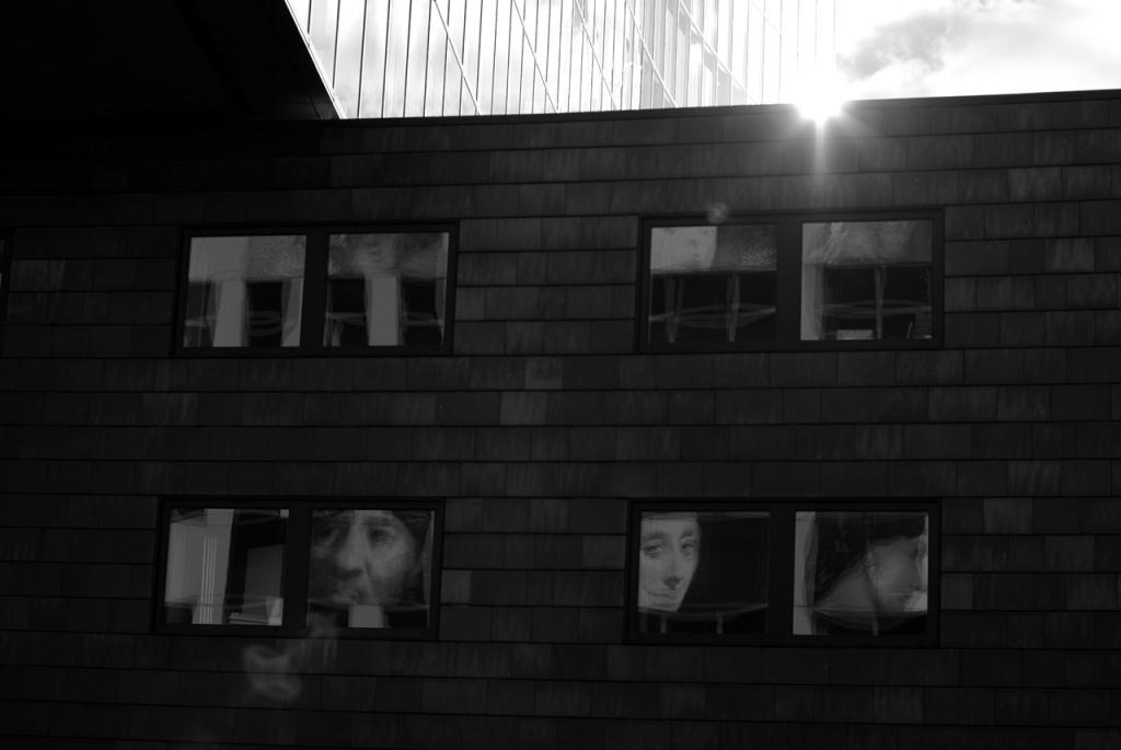 imgp10689_fenster-spiegel-fassade-sonne-gegenlicht_b-sw